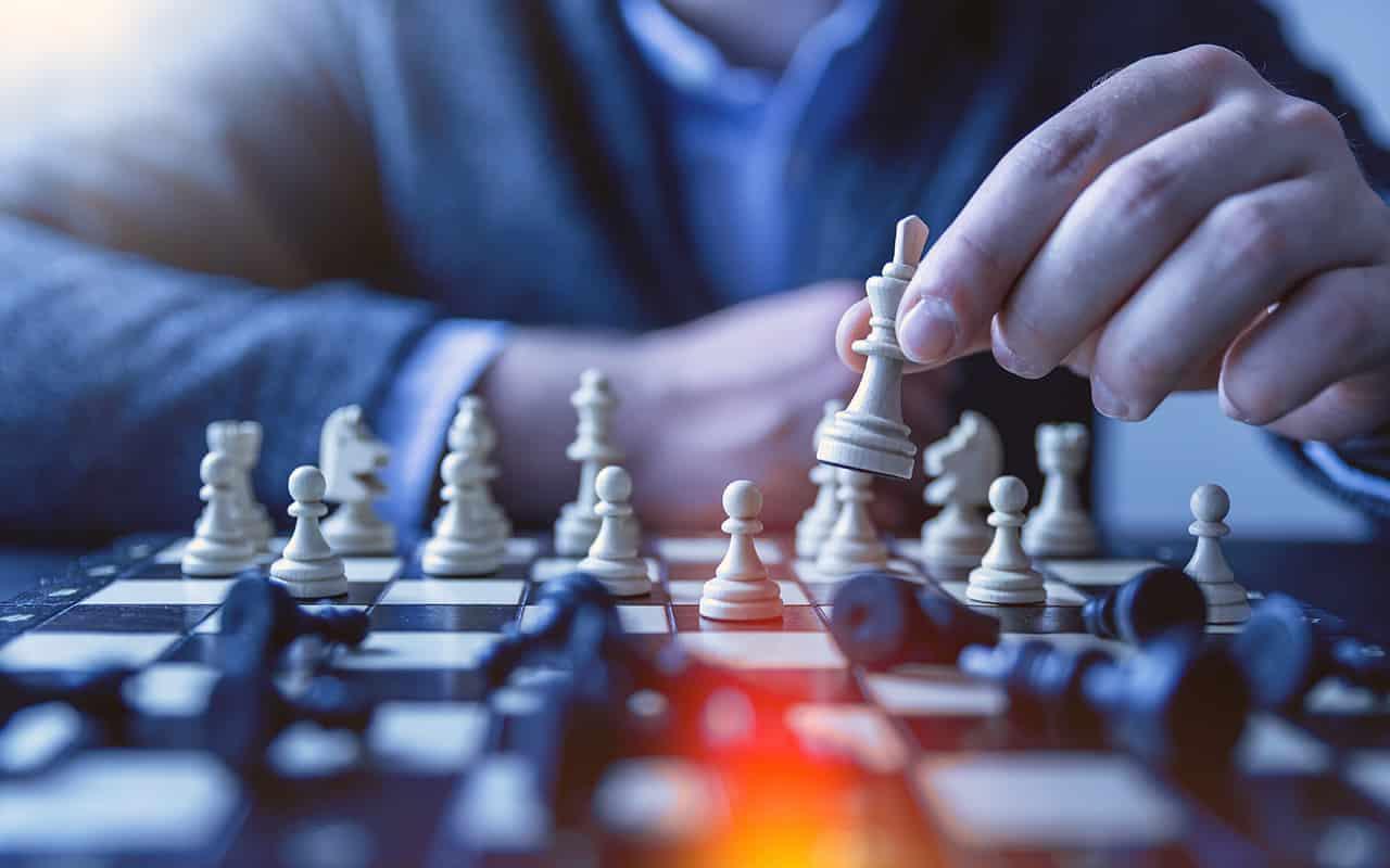 Schachspieler setzt Schachmatt