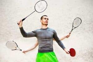 Sportler hält 4 Schläger in 4 Händen