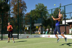 Zwei Frauen spielen Padel Tennis im Court, Outdoor, Spaß, Sonne