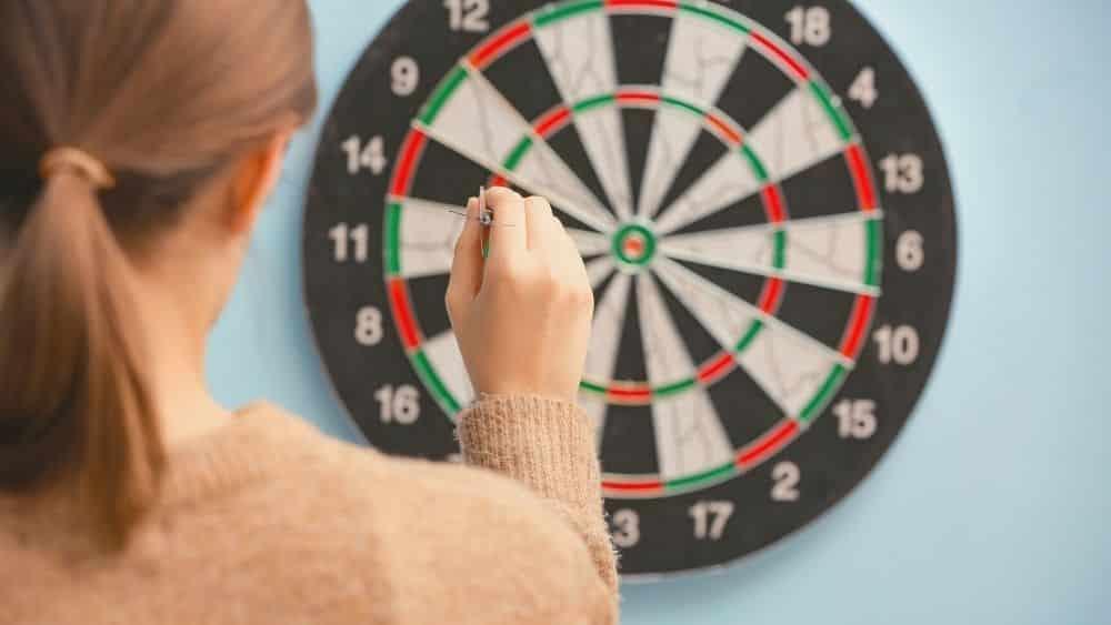Frau die Darts spielt