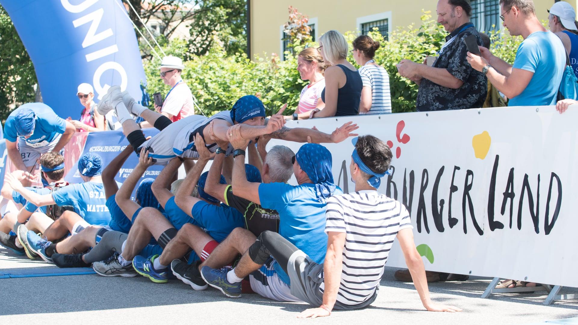 EuropäischeBetriebssportSpiele2019, Laufteam feiert Sieg im Ziel, Stagediving