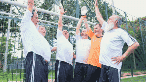 6 Männer, Fussballmannschaft, mittleres Alter, jubeln, klatschen sich ab