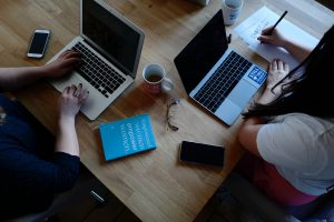 Frauen arbeiten am Computer