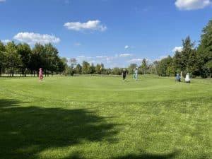 SpielerInnen auf dem Golfplatz