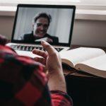 Mann telefoniert über Internet mit anderem Mann, lachen, Arbeit