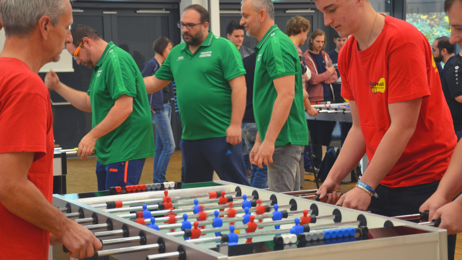 Firmenteams, die gegeneinander Tischfussball spielen, Turnier, 2019