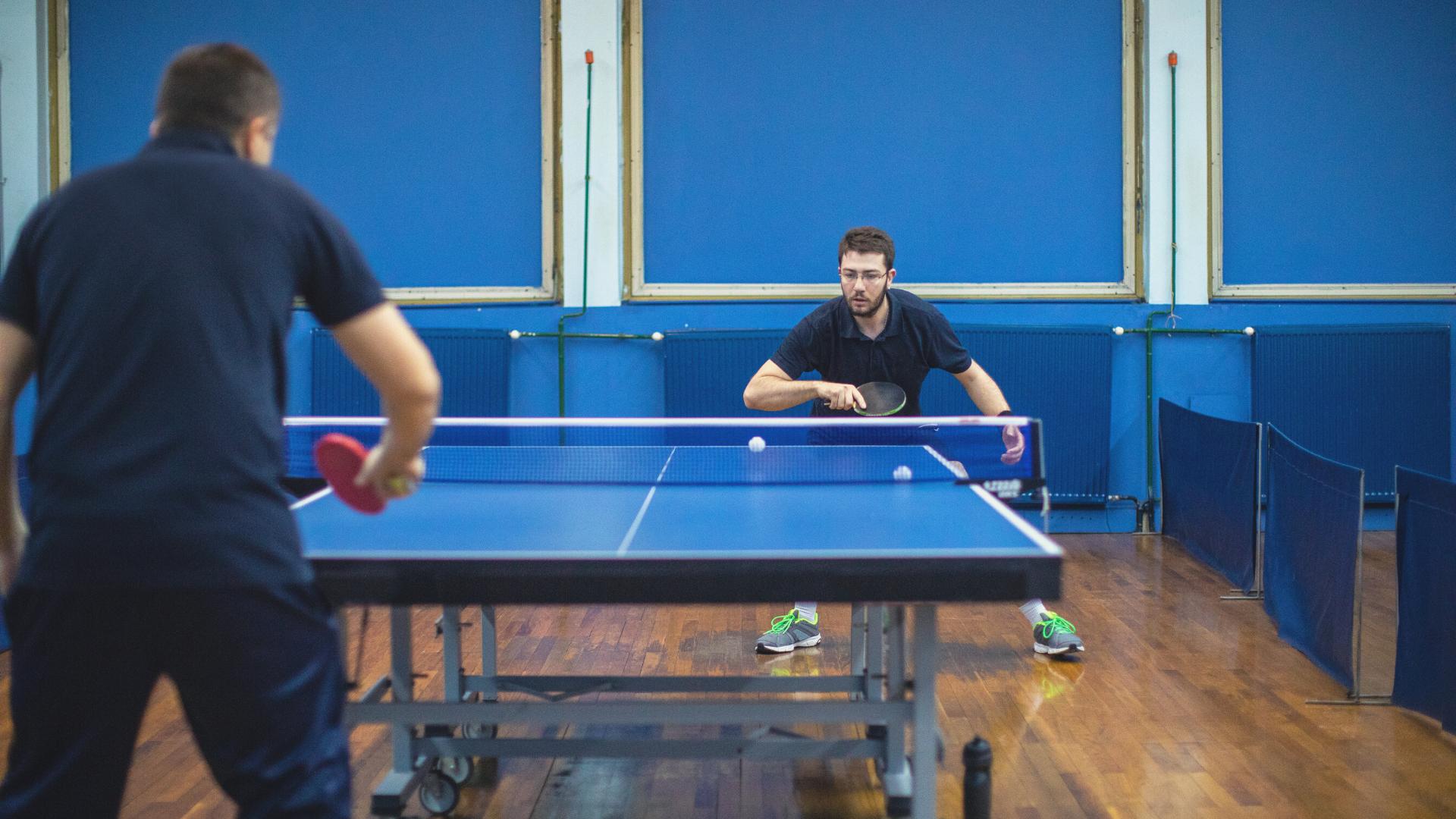 Zwei Männer die Tischtennis spielen