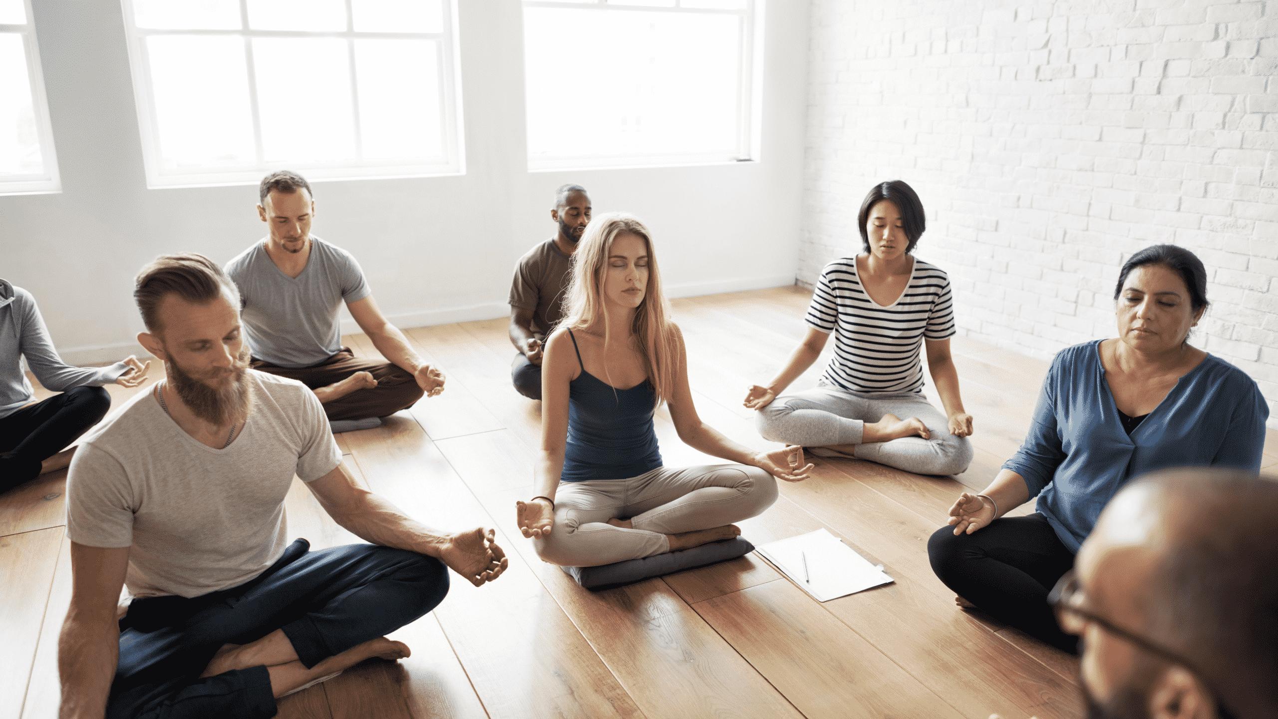 Yogagruppe, gemischt, Meditationshaltung, Augen geschlossen, Entspannung