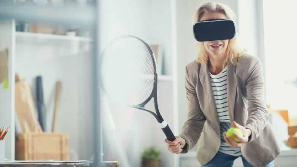 Frau mit VR Brille, spielt Tennis